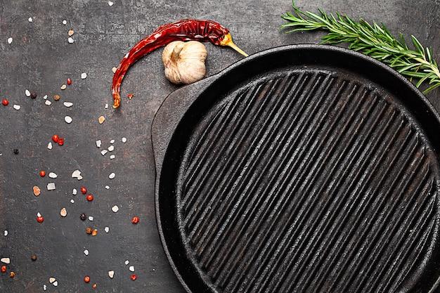 Сковорода-гриль и виды на старом столе