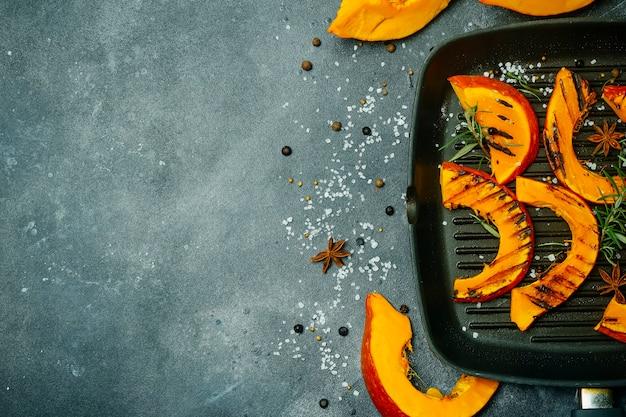 Жареная и запеченная тыква баннер. осенний урожай овощей и блюд из тыквы.