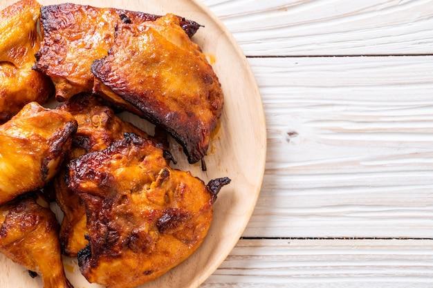 Курица-гриль и барбекю на столе