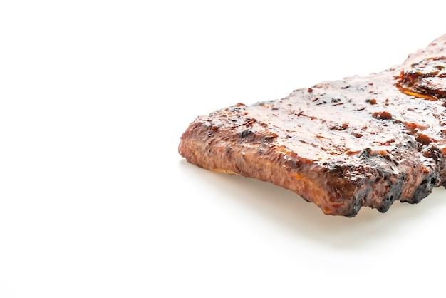 白い背景で隔離のグリルとバーベキューリブ豚肉