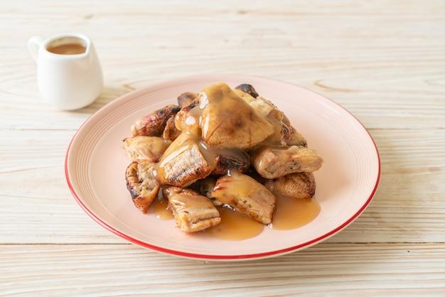 Бананы на гриле с кокосово-карамельным соусом на тарелке