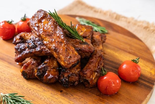 로즈마리와 토마토를 곁들인 구운 바베큐 갈비 돼지 고기