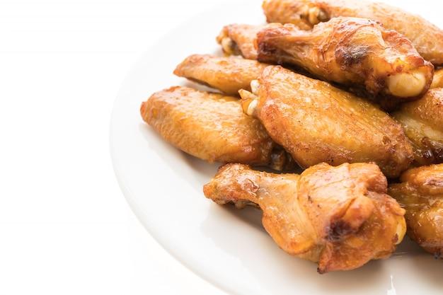 Alla griglia ala di pollo barbecue nel piatto bianco
