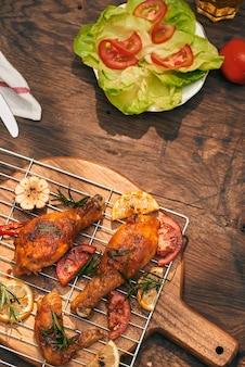 Курица барбекю на гриле со свежей зеленью и помидорами