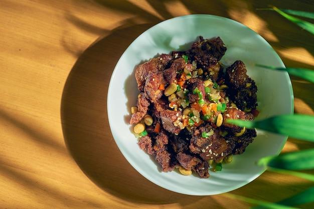 Свиные ребрышки барбекю на гриле с кунжутом и арахисом. китайский рецепт и кухня.