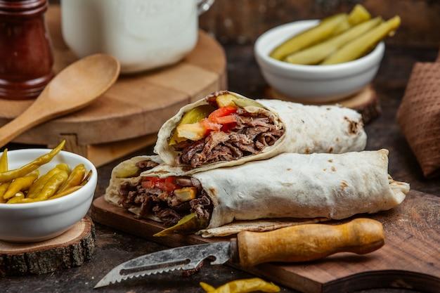 Жареная на гриле донер с огурцом, помидорами и картофелем фри
