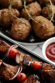 구운 쇠고기와 토마토 꼬치