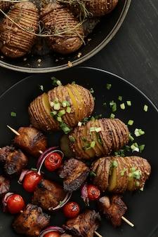 Шашлык из говядины и помидоров на гриле