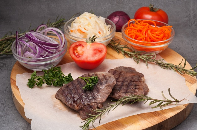 양파, 당근, 양배추를 곁들인 구운 쇠고기 필레 수비드