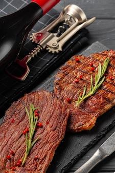 Стейк из филе говядины на гриле на тарелке крупным планом