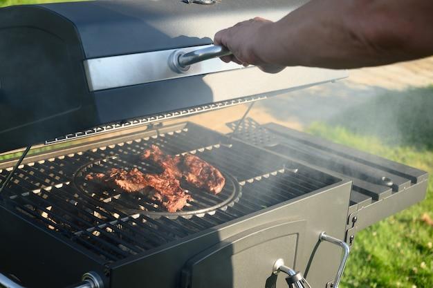 バーベキューグリルバーベキューパーティーの外で焼いた牛肉