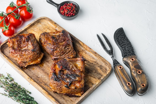 흰 돌 테이블에 구운 쇠고기 갈비 세트, 재료,