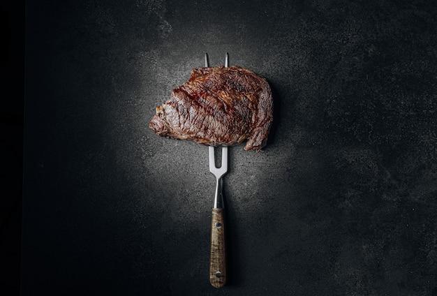 最高級の霜降り牛肉のグリルビーフステーキをグリルで珍しく揚げたもの