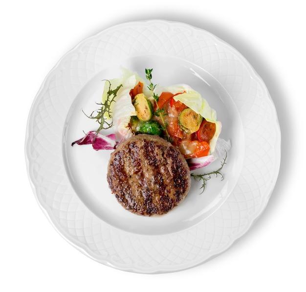 튀긴 감자, 아스파라거스, 체리 토마토를 곁들인 구운 쇠고기 스테이크 고기. 스테이크 디너. 음식