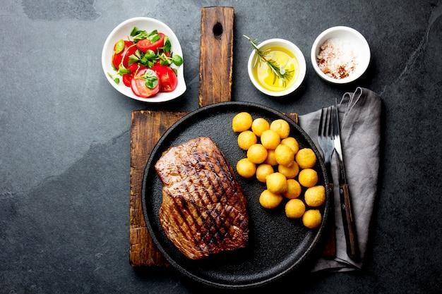 牛肉のグリルステーキを鋳鉄プレートで提供