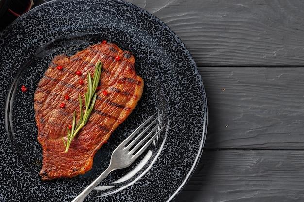 Стейк из говядины на гриле на тарелке крупным планом