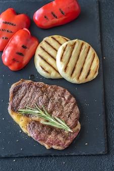 ピーマンとチーズのグリルビーフステーキ