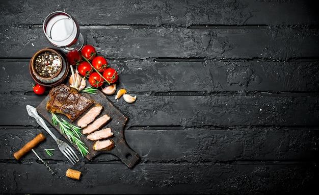 ローズマリーとトマトのグリルビーフステーキ。黒い素朴な表面。
