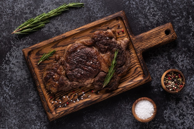 나무 판자에 향신료를 넣은 구운 쇠고기 스테이크, 위쪽 전망.