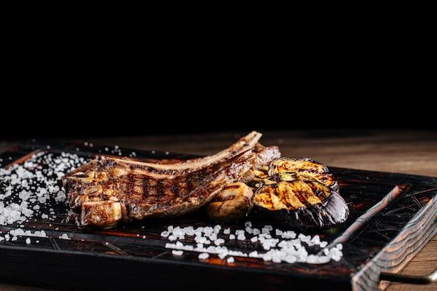 Стейк из говядины на гриле с овощами и соусом