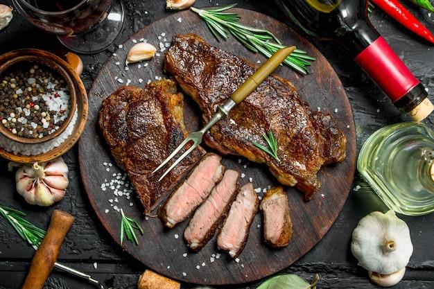 Стейки из говядины на гриле с зеленью и красным вином по-деревенски.