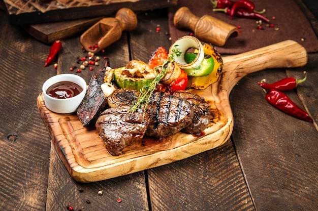 ビーフステーキの野菜とソースのグリル
