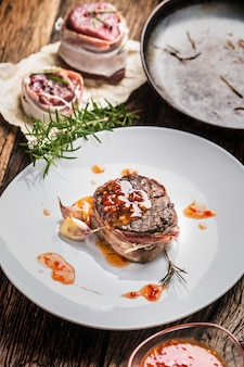 牛ヒレ肉のグリルステーキとチリソースの白いプレート。