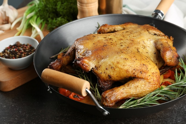 グリルしたビールはテーブルの上で中華鍋で鶏肉を作ることができます