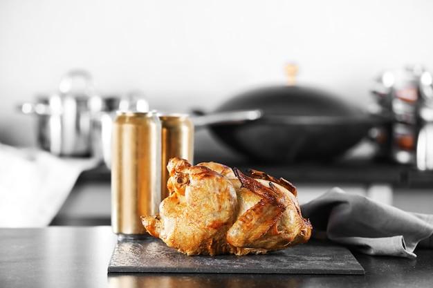 Жареное пиво может курица на кухонном столе