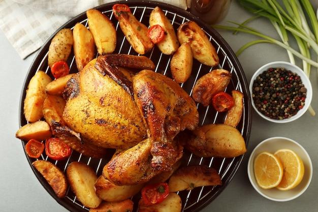Пиво на гриле может курица с овощами на столе