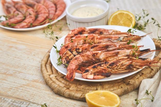 Жареные большие тигровые креветки креветки на белой тарелке