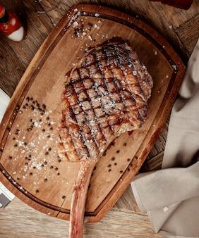 Bistecca disossata alla griglia su una tavola di legno