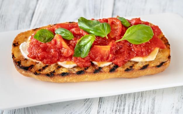 モッツァレラチーズとトマトピューレのグリルパン