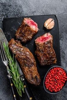大理石のボードにバーベキューソースでグリルしたブリスケットステーキ