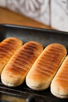 焼き饅頭。ホットドッグの材料。ホットドッグの調理プロセス。ファストフード。