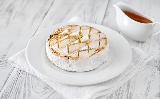 서빙 접시에 구운 카망베르 치즈