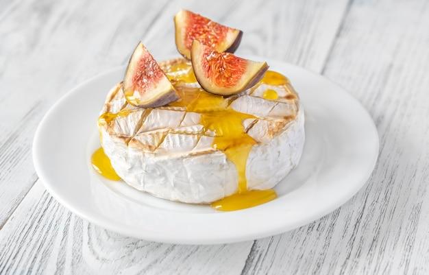 신선한 무화과와 꿀을 곁들인 구운 카망베르