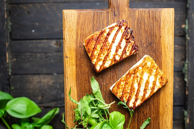 Жареный сыр халлуми жареная еда закуска копия пространство еда фон деревенский вид сверху кето или палео