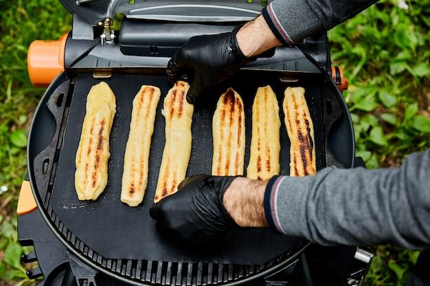 Жареное сырное слоеное тесто на гриле газ на открытом воздухе.