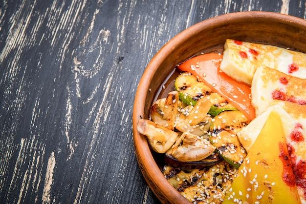 粘土板のグリル野菜とチーズのグリル Premium写真