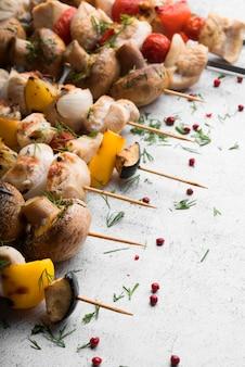 チキンのグリルと野菜の串焼きのクローズアップ