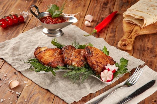 구운 치킨 바베큐, 나무 배경