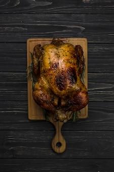 Pollo alla griglia su sfondo nero