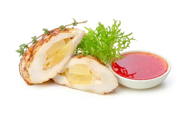 Жареная куриная грудка и овощи на белом фоне