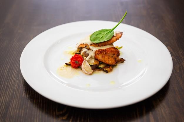 鶏胸肉のグリル、ズッキーニ、ナスをオリーブオイル、ニンニク、醤油でマリネしたもの。健康食品。