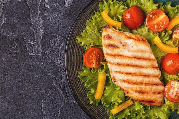 Куриная грудка на гриле с овощным салатом