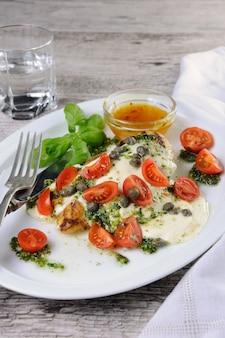 鶏胸肉のグリル、とろけるモッツァレラチーズ、バジルペスト、トマト、ケッパー