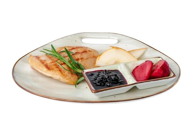 흰색 절연 베리 소스와 구운 된 닭 가슴살
