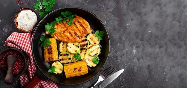 옥수수와 호박을 곁들인 구운 닭 가슴살을 팬 탑 뷰 여름 요리에 구운 닭고기와