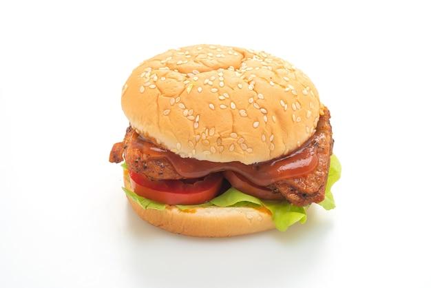 Куриный бургер на гриле с соусом на белом фоне